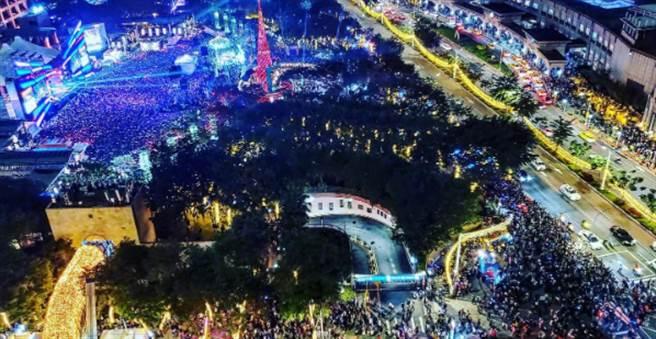 高空照片顯示,新北耶誕城被民眾擠爆。(翻攝我是板橋人臉書)