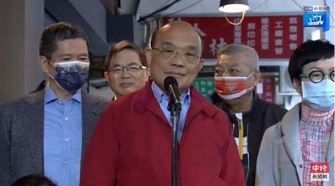 行政院長蘇貞昌日前參觀台北市華陰街的「台灣漫畫基地」,照片為蘇貞昌參訪前接受媒體聯訪的直播畫面。(摘自中時新聞網)