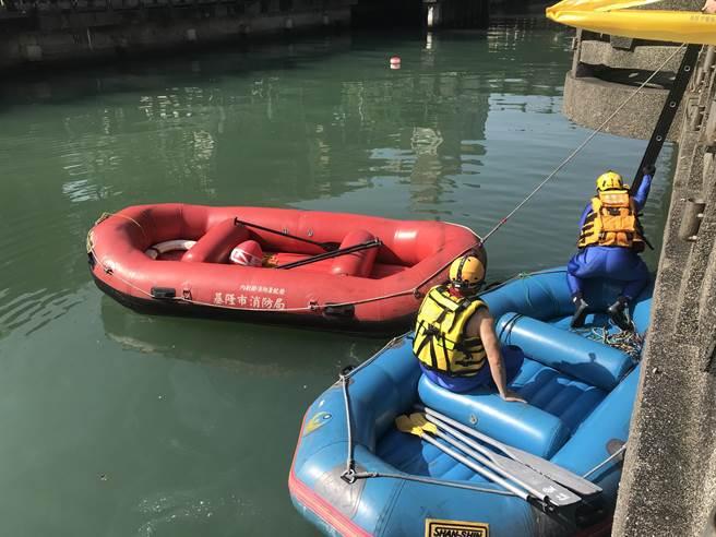 消防隊立即派人員下河搜救,目前河面搜索7次,並派潛水人員下水搜救3次。(陳彩玲攝)