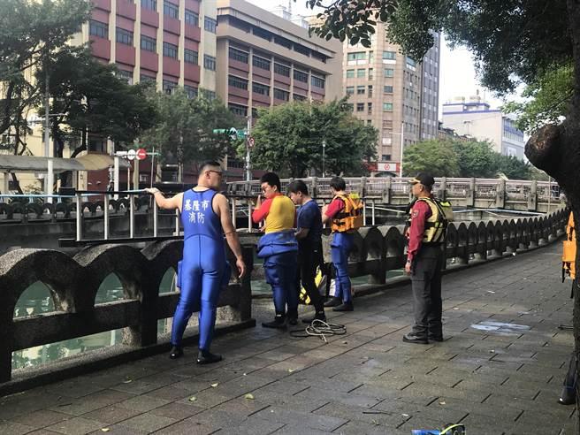 警消人員為防止意外發生,拉起封鎖線,下河搜索。(陳彩玲攝)