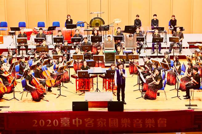 台中客家國樂音樂會結合薩克斯風,以中西樂器合併方式,呈現客家音樂優美曲風。(台中市客委會提供/王文吉台中傳真)