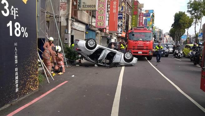 新竹市1名70歲男子13日開車行經新竹市經國路,忽然偏離到路邊,先擦撞1輛停靠路邊的貨車,再波及路旁5輛機車,最後翻車停止。(民眾提供/陳育賢新竹傳真)