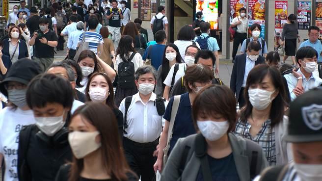 日本一名確診2019冠狀病毒疾病輕症的50多歲男性,被安排住進飯店房間療養,未料2天後猝死。(示意圖/shutterstock)