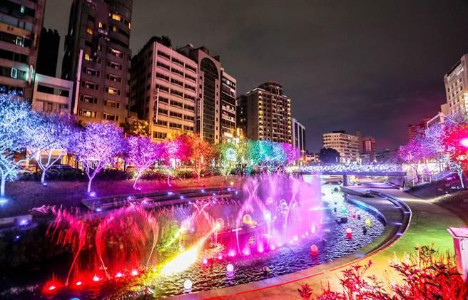 台中市今年首度推出耶誕水舞燈光秀,絕美水舞隨著聲光搖曳,歡樂中又帶浪漫氛圍。(陳世宗攝)