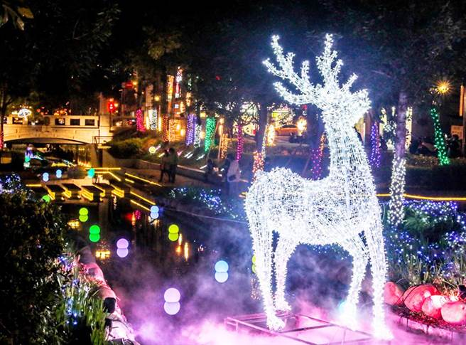 森林裡的主角燈飾「神秘白馴鹿」高達4公尺,入夜後出沒於綠川河道中央,傳說民眾看到就會心想事成。(陳世宗攝)