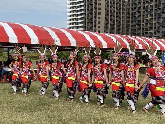 太巴塱天藝文化藝術團傳承阿美族文化、舞蹈,13日也在新竹縣原住民族文化慶典活動歲時祭儀中演出。(莊旻靜攝)