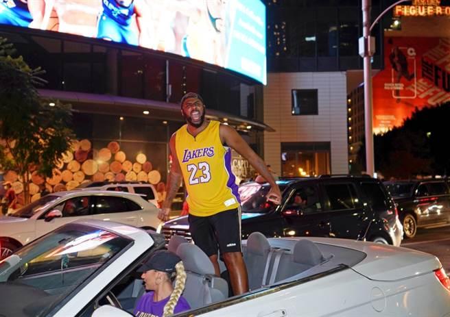 NBA湖人隊球迷慶祝摘下總冠軍。(達志影像)