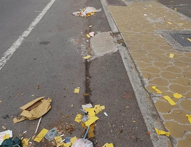 五福宮法信壇舉行遶境活動,搞得埔里鎮街景滿目瘡痍。(翻攝埔里人臉書)