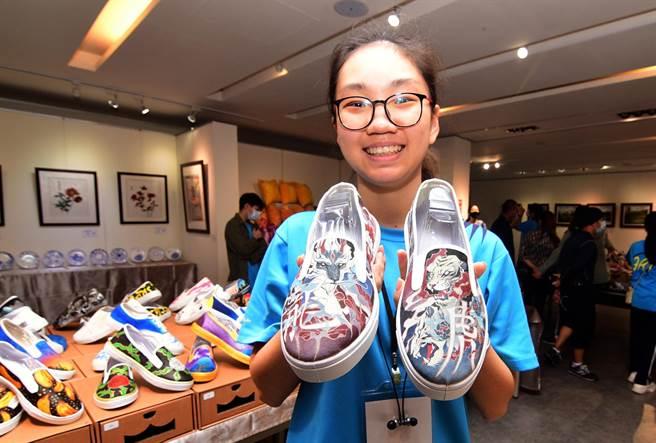 高二學生管若琳的布鞋彩繪作品「龍爭虎鬥」,筆法細膩,令人驚艷。(莊哲權攝)