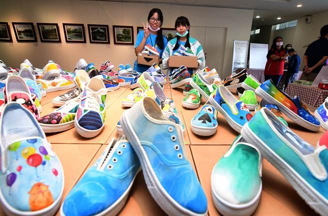 台東女中第5屆藝術結合公益聯展暨愛心義賣活動,今天在生活美學館開幕 。(莊哲權攝)