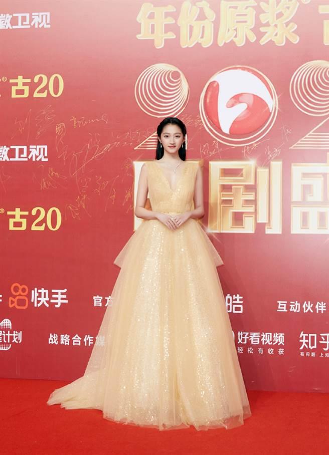 關曉彤被讚像貝兒公主。(圖/翻攝自微博)