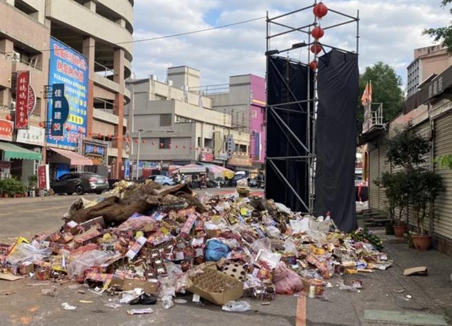 埔里五福宮遶境活動路線出現大批垃圾,鎮公所開罰。(民眾提供)