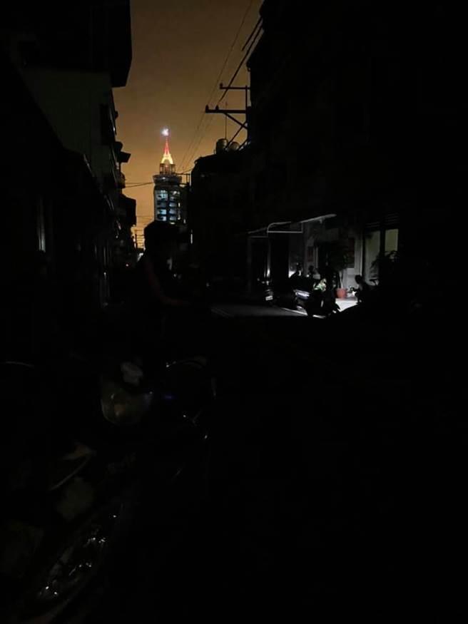埔里五福宮遶境活動期間,部分地區停電超過上千戶,民眾質疑是鞭炮燒斷電線。(翻攝 臉書社團 埔里人)