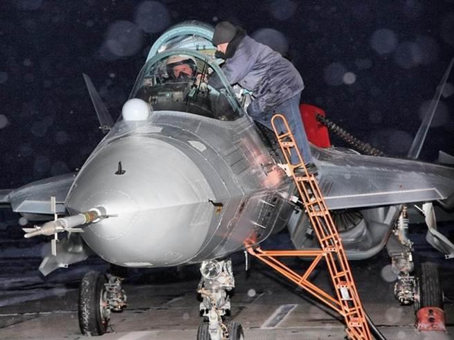 多年前,這張T-50(後稱Su-57)的測試照片引起廣泛討論,被發現進氣道無法遮擋發動機扇葉。(圖/TWITTER)