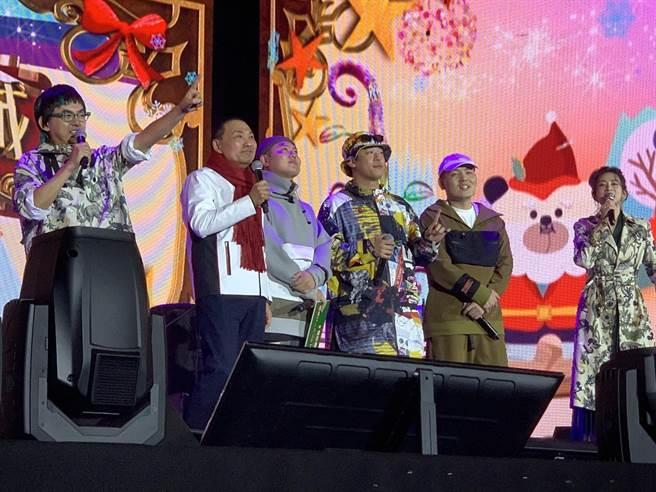 侯友宜與玖壹壹一起為迪士尼光雕秀公主篇點燈倒數。(王揚傑攝)