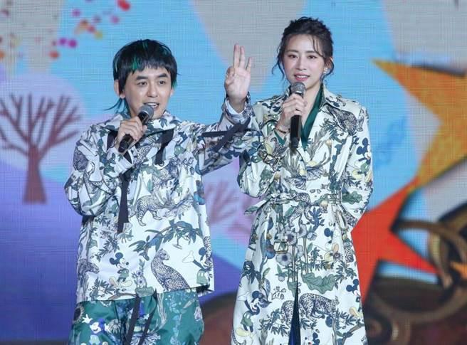 黃子佼(左)與趙岱新主持2020新北歡樂耶誕城巨星耶誕演唱會。(粘耿豪攝)