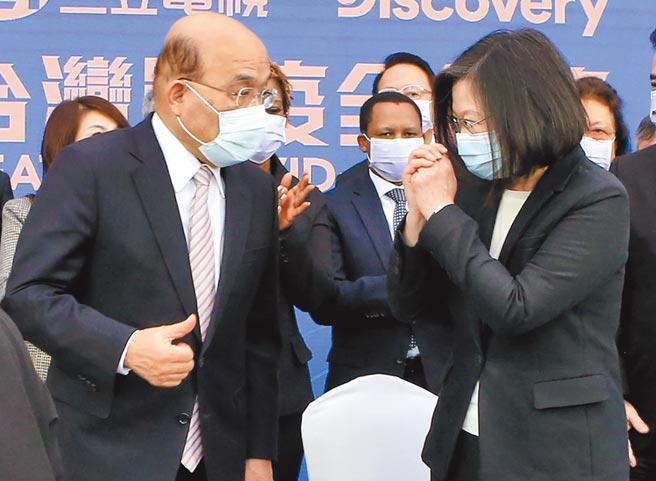蔡英文總統(前右)和行政院長蘇貞昌(前左)12日出席「台灣戰疫全紀錄」首映會,兩人互動頻頻,想以行動破除外界傳出不和的聲音。(趙雙傑攝)
