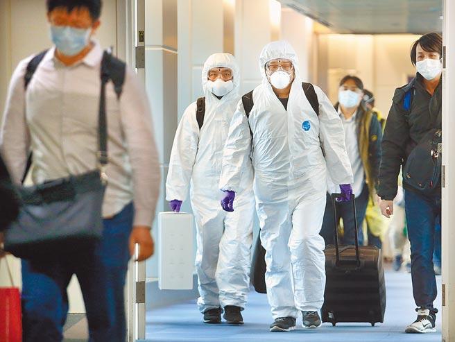 國內昨新增6名新冠肺炎境外移入個案。圖為在桃園機場入境管制區內,剛下機的旅客準備通關入境。(本報資料照片)