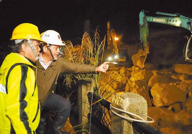 台鐵瑞芳-猴硐路段邊坡大面積坍塌,交通部長林佳龍昨晚赴現場慰問維修人員,也宣布所有工程會在今天完成,明天正式通車。(台鐵提供/吳康瑋新北傳真)