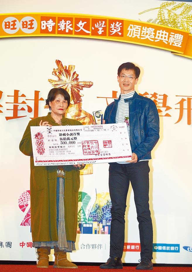 麻醉科醫師江洽榮(右)寫白色巨塔裡的荒謬,獲得影視小說首獎,左為作家袁瓊瓊。(張鎧乙攝)