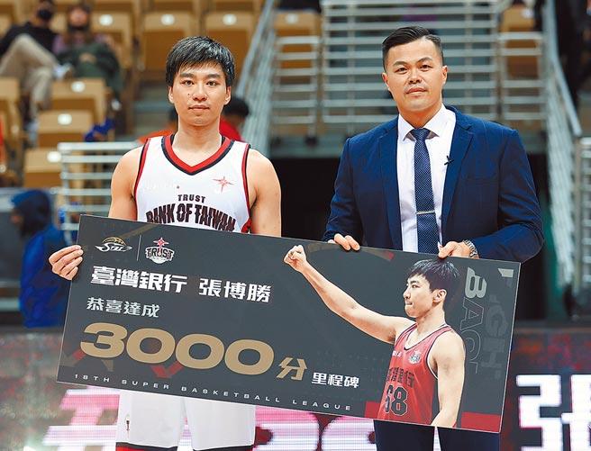 台銀後衛張博勝(左)順利完成生涯第3000分,且由自家總教練陳國維(右)負責頒獎。(中華籃協提供)