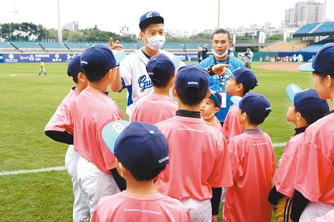 富邦悍將捕手林宥穎(中)擔任教練指導小球員,並談到自己的未來動向。(毛琬婷攝)