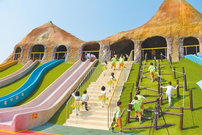 苗栗縣竹南獅山親子公園設置多項遊憩設施與照明設備,讓親子有完善場域休憩、活動、玩樂,深受小朋友喜愛。(何冠嫻攝)