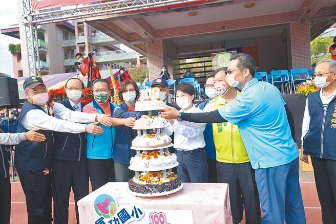 台中市長盧秀燕參加軍功國小百年校慶活動,和師長以及貴賓一起切蛋糕慶生。(馮惠宜攝)