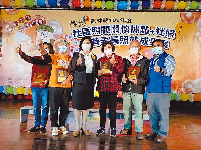 雲林縣長張麗善(左三)12日表揚優秀志工,其中65歲以上者多達93人。(周麗蘭攝)