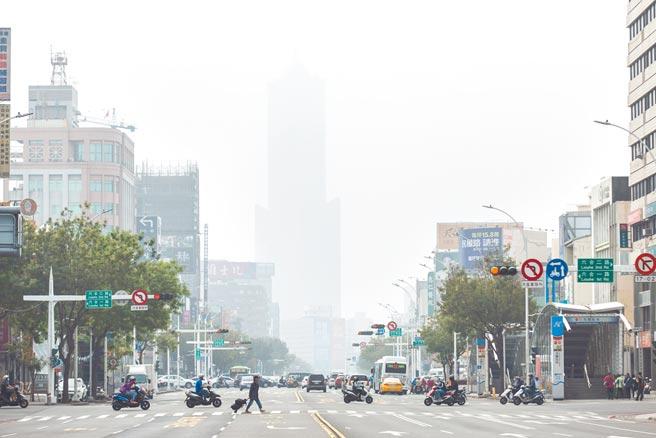 高雄市12日一早受境外污染影响,市区天空一片灰濛,指标85大楼都快消失,但不少中小学正好在昨日办运动会,学童健康堪虑。(袁庭尧摄)