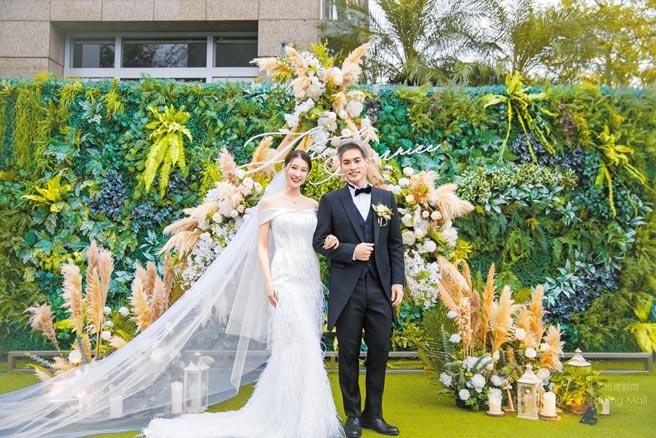 许孟哲(右)和赵孟姿昨补办婚礼,现场布置浪漫、温馨。(永恒婚顾提供)