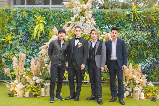 许孟哲(左二)昨办婚礼,5566成员孙协志(左起)、王仁甫、小刀出席祝福好兄弟。(永恒婚顾提供)