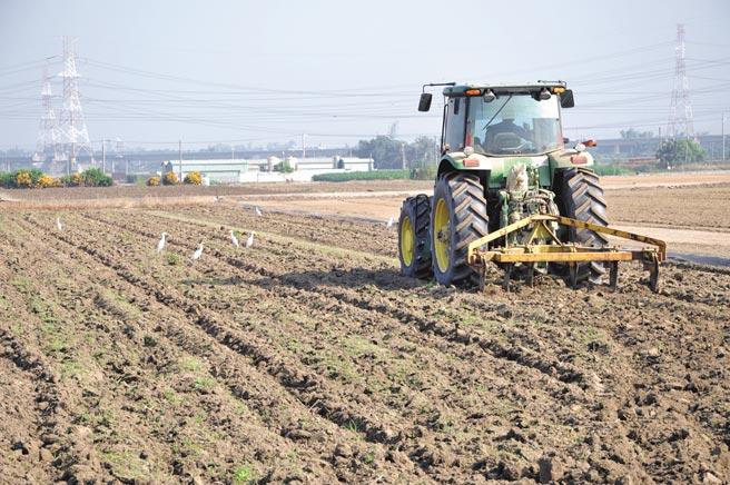 農地出租大專業農,運用大型曳引機整地耕作,活化農地。(臺南市政府農業局提供)