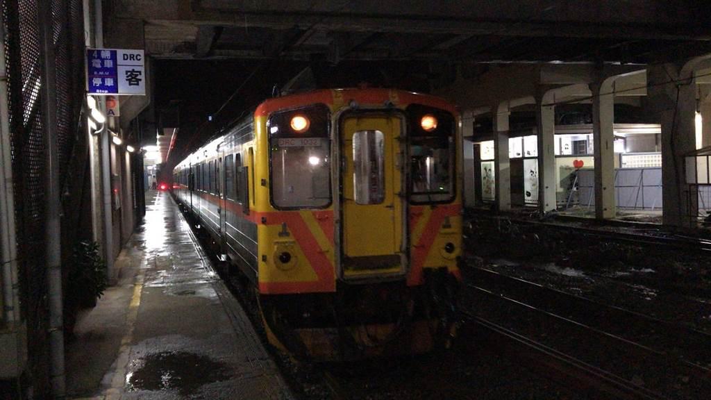 14日早上5點多第一班列車順利從猴硐通過。(陳彩玲攝)