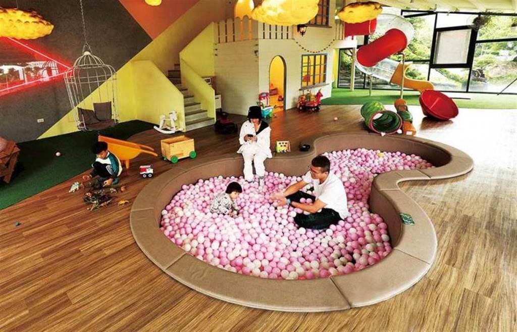 「捌程小8親子Café」有一處城堡造型的童話小屋,光是球池就能讓小孩玩很久。(圖/于魯光攝)