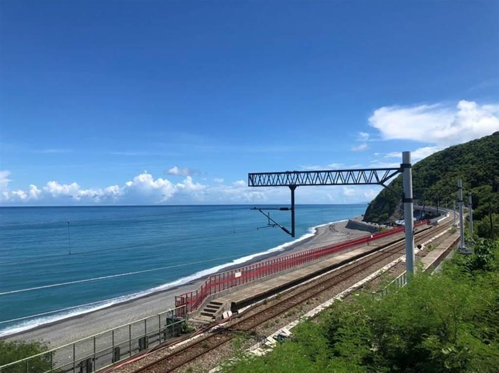 (「鳴日號」穿梭在海岸線上,在多良車站緩速行駛,宛如行駛在海上般夢幻。圖/雄獅旅遊)