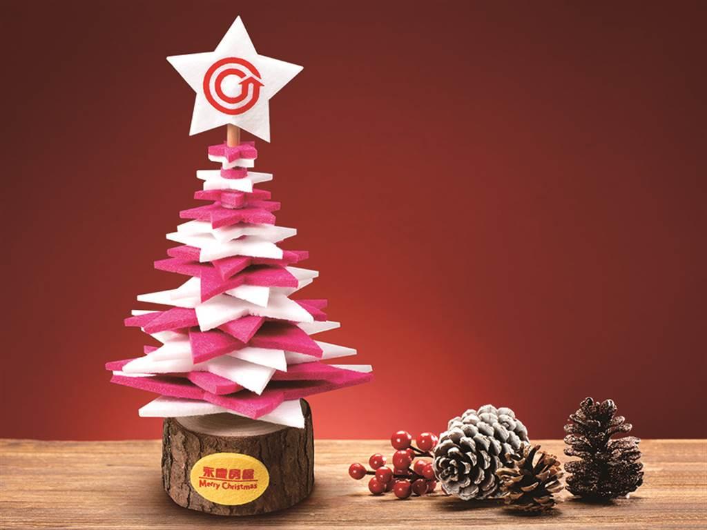 永慶房屋的耶誕小物「圓滿耶誕樹」桌飾,非常適合親子DIY。(圖/永慶房屋提供)