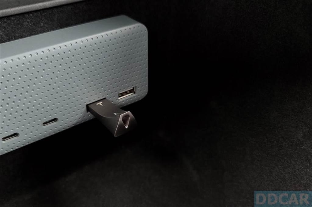 第四季以前的舊版 Model 3 在前方仍有一個 USB A 槽,直接督進去就行。(USB HUB 是另外裝的)