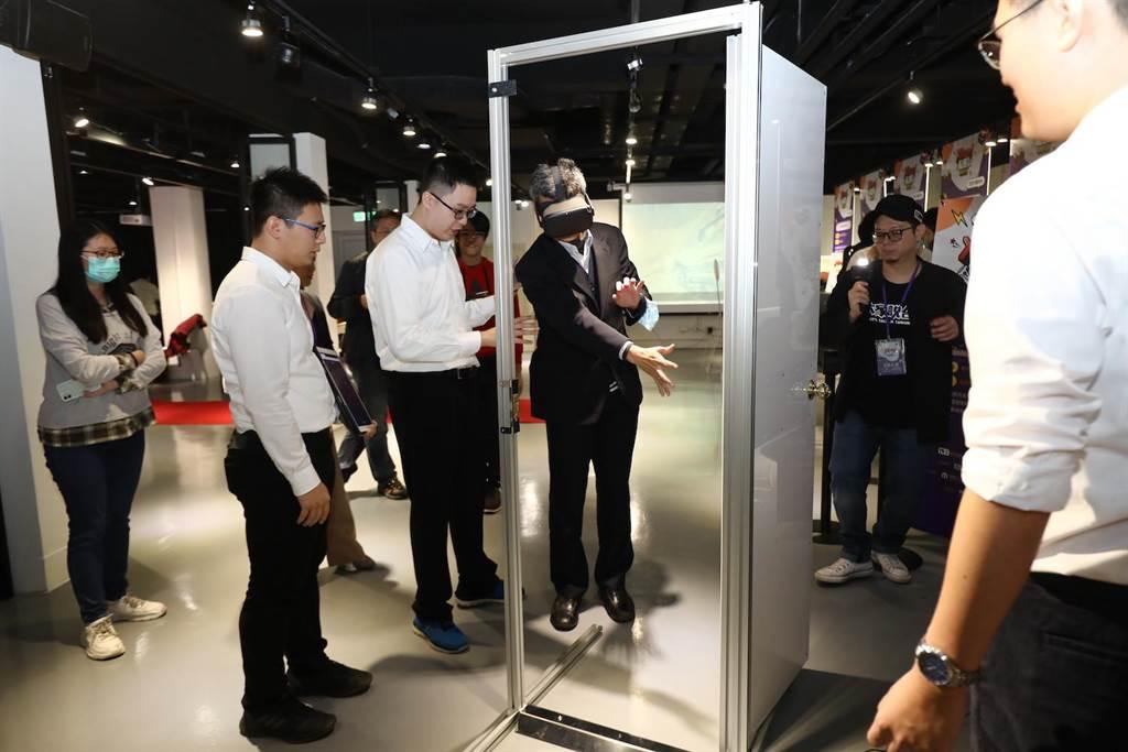 「髮際線指導前進聯盟」團隊獲得「XR之星第一名」,利用VR密室逃脫遊戲,結合開啟真實世界的門,達到互動打破空間限制。(工業局提供)