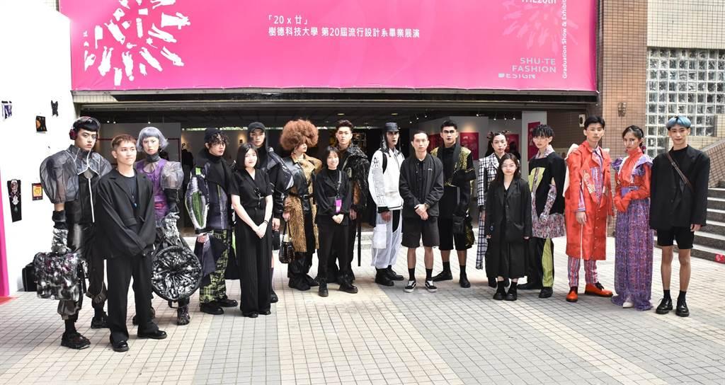 樹德科大流行設計系第20屆「20 X廿 THE20th」畢業成果展14日彩排,參展學生合影。(林瑞益攝)