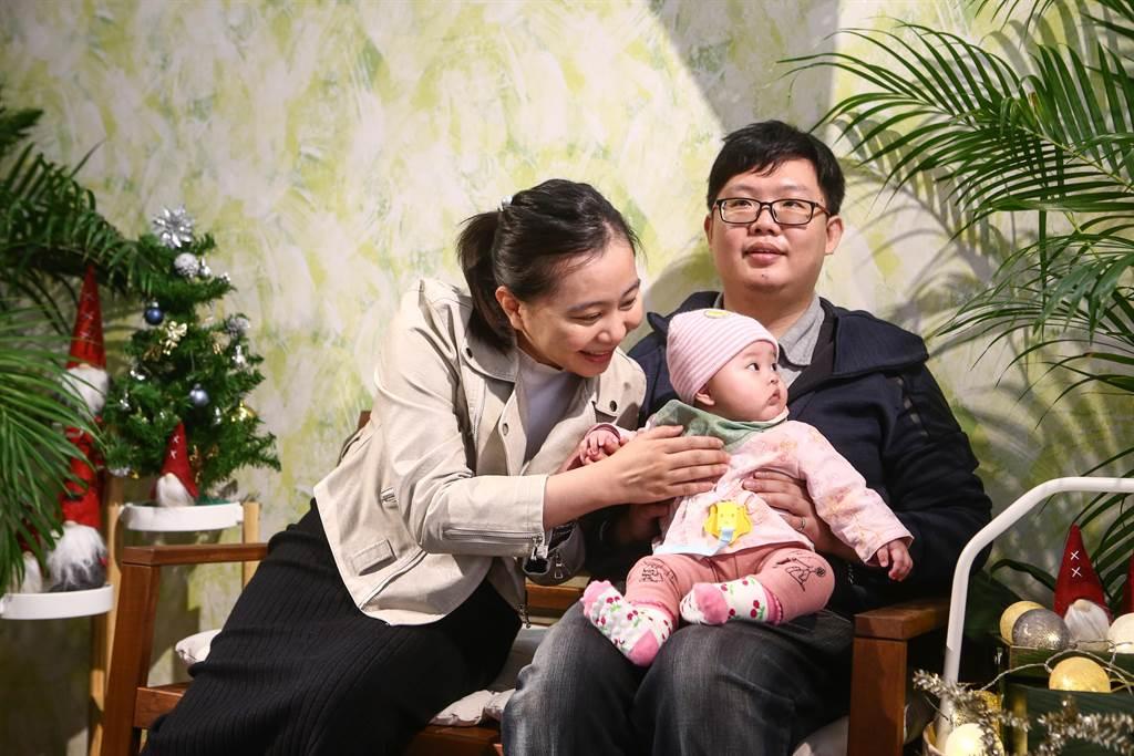 血癌勇士江衍賢(右)勇於自立,克服視力受損還能照顧妻女。(鄧博仁攝)