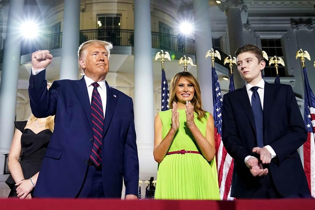 美國第一夫人梅蘭妮亞最近她積極為14歲兒子拜倫(Barron Trump)尋覓新學校,參訪佛羅里達州一間每年學費將近百萬台幣的私校,準備展開新生活。(資料照/美聯社)