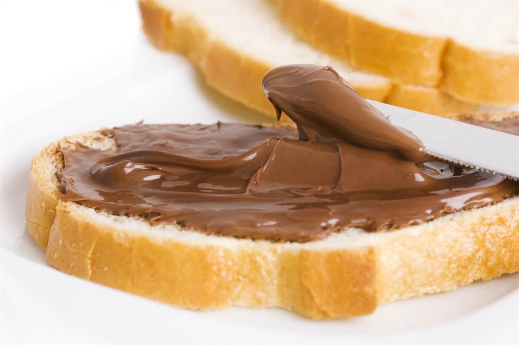 一位女網友分享她在早餐店買的「巧克力吐司」,銷魂畫面讓全網暴動。(示意圖/Shuttetstock)