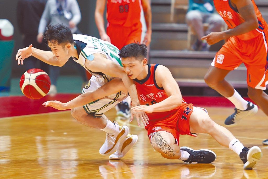 台啤後衛蔣淯安(左)想運球突破,璞園後衛李家慷(右)倒在地上嘗試抄球。(中華籃協提供)