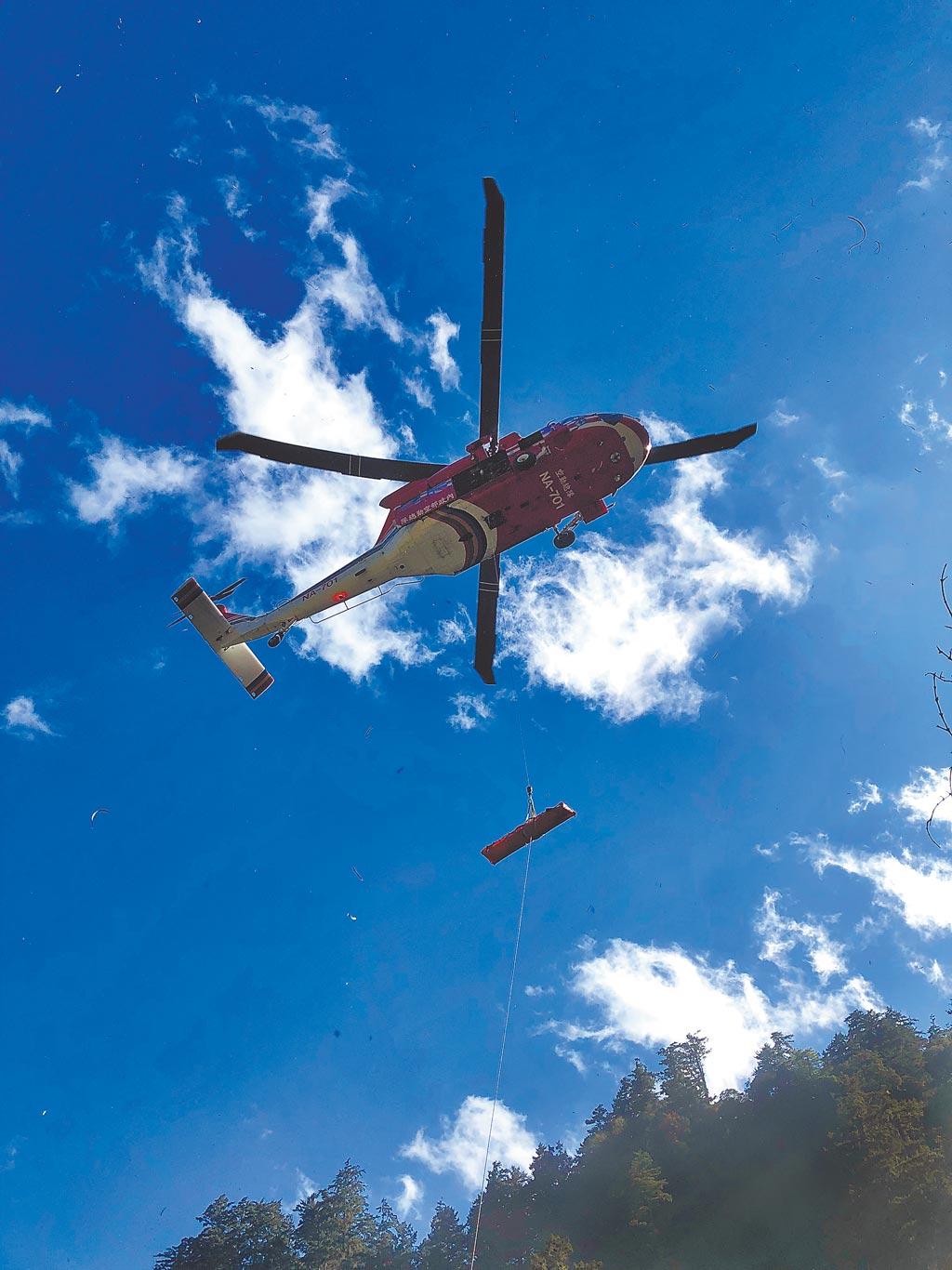 29歲江姓男子在屏風山不幸墜谷身亡,空勤總隊協助吊掛下山。(空勤總隊提供/羅亦晽花蓮傳真)