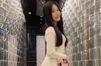 女網紅辣穿比基尼泡溫泉 大秀絕技「飲料平放車頭燈上」