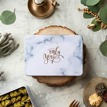 《愛威鐵盒餅乾》節慶期間限定每日前30名消費只要滿800元,多1元即可換購價值300元的小方鐵盒曲奇餅。(圖片由愛威鐵盒餅乾提供)