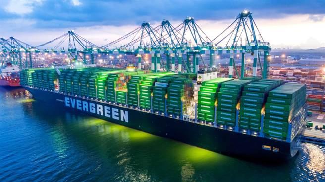 缺貨櫃問題至春節前無解,海運業者已將每半個月調價改為每周調價。圖為長榮海運貨船裝卸貨櫃。(業者提供資料照片)