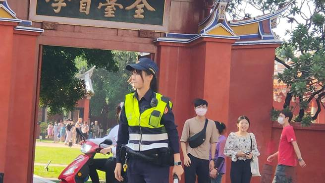 台南市警二分局海派出所的葉品瑩,因甜美的外型受到不少用路人關注。(圖/翻攝自臉書台南爆料公社)