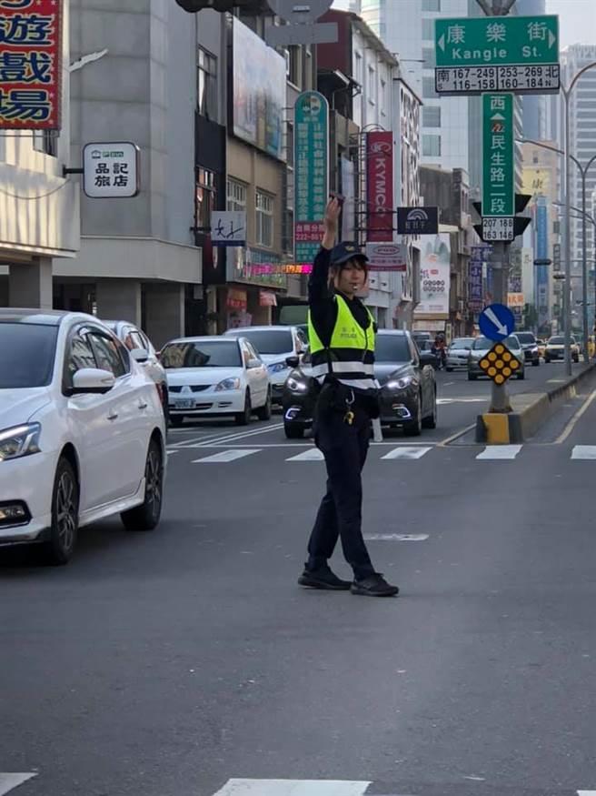台南市警二分局海派出所的葉品瑩,因甜美的外型受到不少用路人關注,更有不少網友表示難怪該路段經常塞車。(圖/翻攝自台南爆料公社)